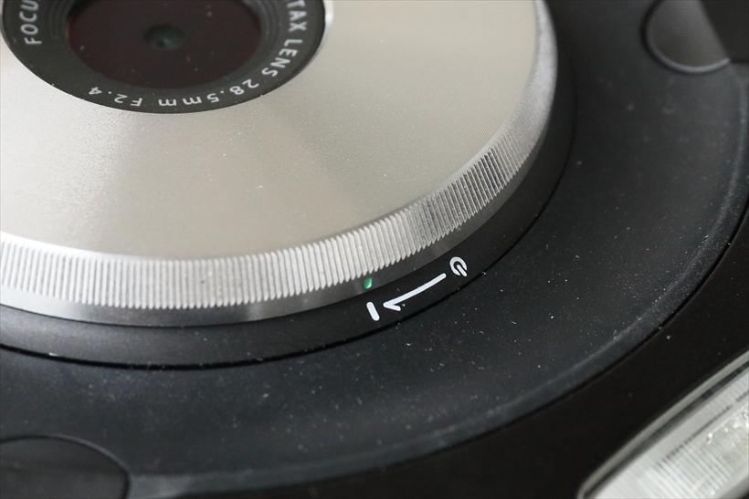 ↑レンズ周囲にあるリングが電源スイッチ。起動が速く、素早く撮影に移行できる。電源を切り忘れても、省電力設定が機能して無駄な電力消費が防げる