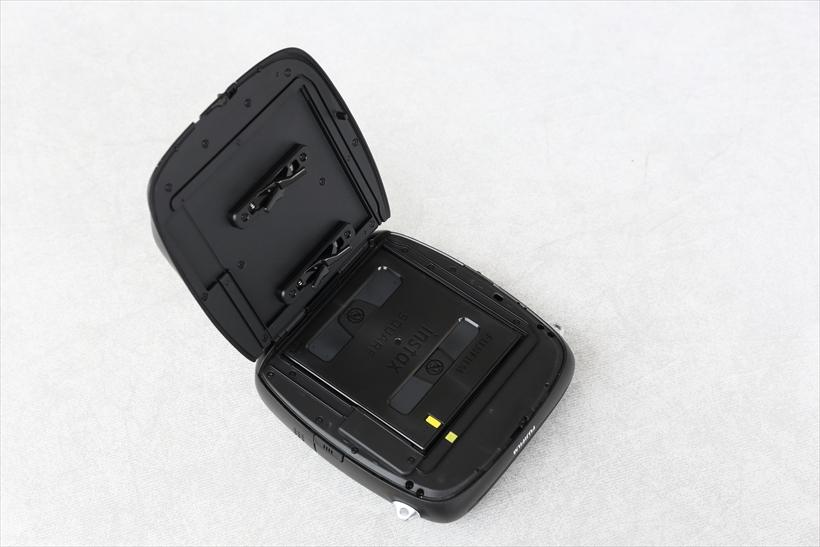 ↑フィルム装着は、ボディ背面上部にある「FILM」ボタンをスライドさせてカバーを開けて行う。交換は明るい場所でも可能だが、直射日光が当たらない場所で行うのが安心だ