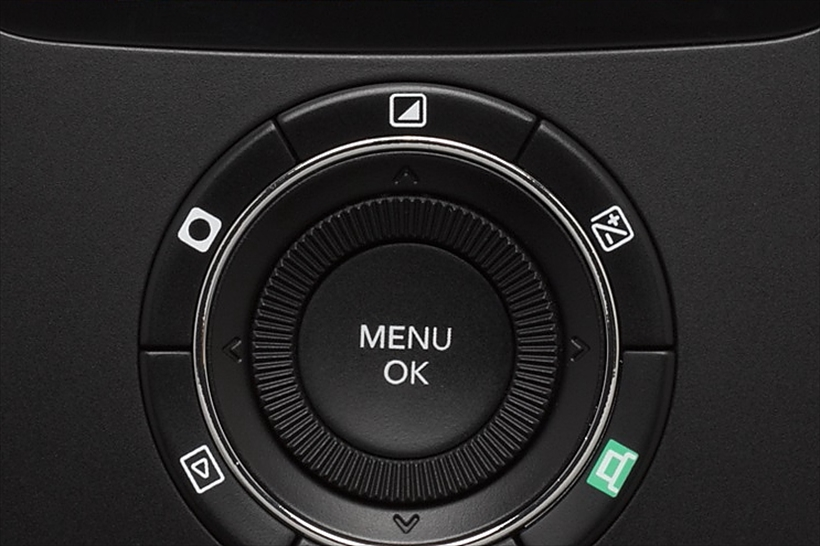 ↑背面のボタン類は「MENU/OK」ボタンの周囲にダイヤルが配置されている。さらにその外側に左から、ビネット、フィルター、露出補正の順で並ぶ。設定は、ボタンを押し、ダイヤルを回して設定するだけの2アクションだ