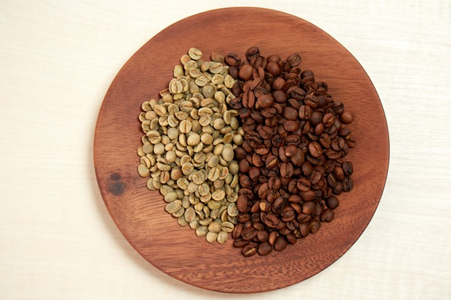 同量の生豆(左)と焙煎した豆(右)を比べてみましょう。こんがりと色づいているのはもちろん、焙煎することでひとつひとつの豆がふっくら。お店で買うような、粒の揃ったつややかなコーヒー豆が完成しました。