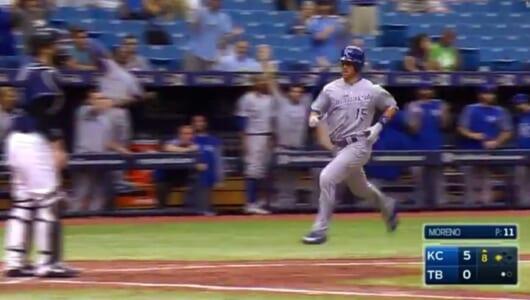 MLBで驚きの珍プレー!「センター前ヒット」が「ランニングホームラン」に