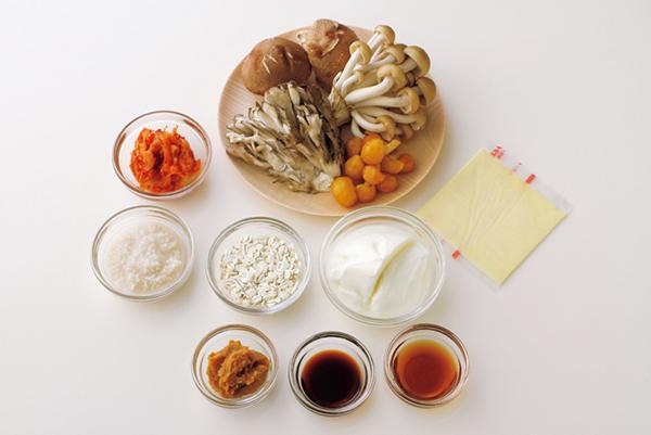 上のスープの材料はこちら。押し麦をベースに、鶏ささみ肉やしいたけなどのキノコ類をたっぷり加え、トマトとごま油などでしっかり味付けした満足感たっぷりのスープです。1杯あたり約150kcal!