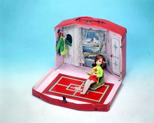 初代「ドリームハウス」は、フタを開くと部屋が現れるというコンパクトなスタイル。持ち手が付き、フタを閉じればどこにでも持ち運ぶことができました