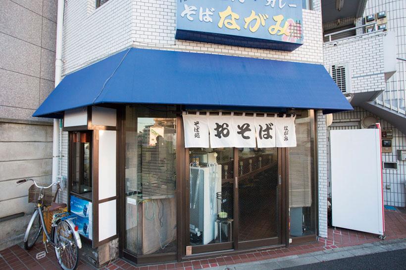 ↑平和台駅前で、気負わず営業中。朝は開店前に店に入ってくる人もいるとか