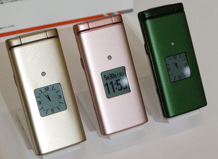 ↑「かんたんケータイ KYF36」も8月中旬以降に発売予定。価格は未定だ。カラーは「ゴールド」「ピンク」「グリーン」の3色。メタリックなデザインを採用し、大人っぽくなったこともポイント