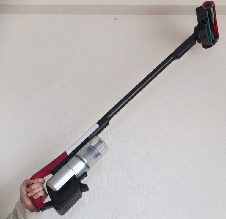 ↑ヘッドや延長管を付けても1.5kgと軽いので、男性ならそのまま片手で持ち上げての掃除も可能です