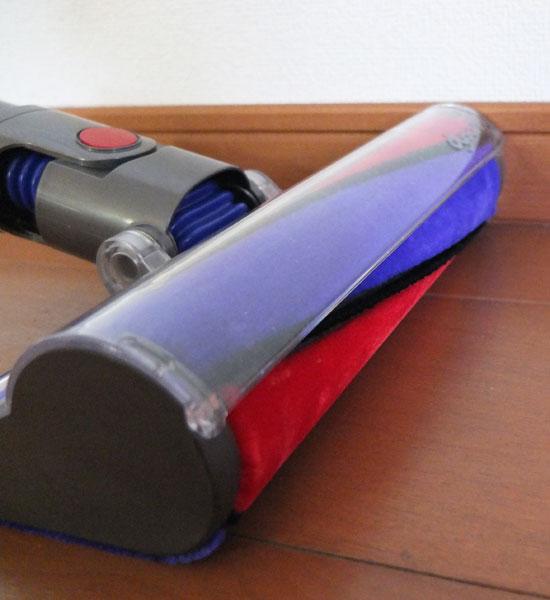 ↑ヘッドの青い部分と赤い部分がフェルト製で、ゴミを包み込んで集じん。黒い部分は硬質のカーボンファイバーブラシで、床に付着した微粒子をかき取ります。ローラーヘッドの長さはヘッドの横幅ほぼいっぱいまであり、一度により広い面積を掃除できます