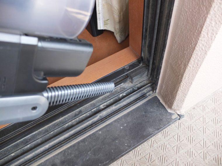 ↑エアブローノズルを使い、窓のサッシの溝などのゴミを吹き飛ばし、その後それを集じんします。風の強さは2段階で切り替えられます