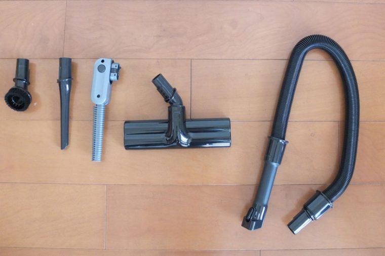 ↑写真左から丸ブラシ、すき間ノズル、エアブローノズル、ふとん用ブラシ、付属品用ホース