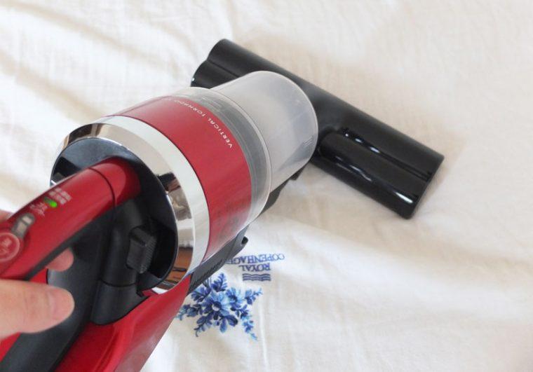 ↑本体にふとん用ブラシを装着。セーブモードで掃除することで、シーツなどを吸い込むことなく掃除できます