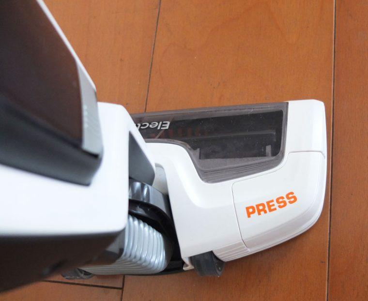 ↑運転中にヘッドの「PRESS」ボタンを押すと「ブラシロールクリーン機能」が稼働。ブラシに絡んだ毛を切って吸引してくれます