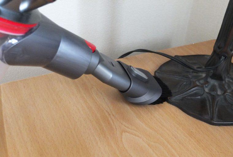 ↑コンビネーションノズルのブラシを下げると、凹凸のある場所のホコリを掃きながら掃除するの最適です。重さのあるゴミを一気に吸引したいときは、ブラシを上に上げて、ゴミと吸い込み口の距離を短くすればOKです