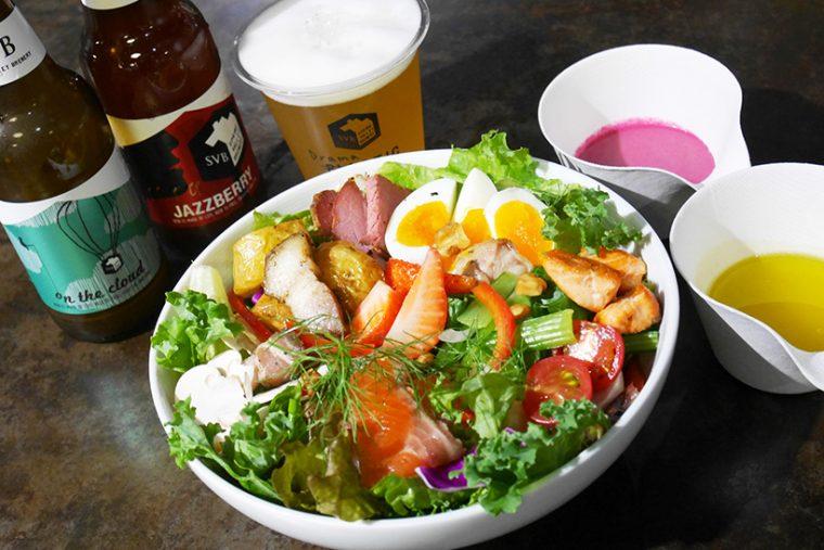 ↑カスタマイズサラダ(1500円)。ベース野菜、トッピング具材、ドレッシングをそれぞれ数種類から好みに仕立てる逸品です