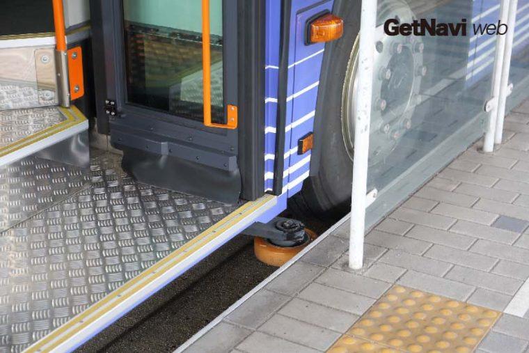 ↑バスの側面には案内装置が付き、狭い専用道でもスムーズに走ることができる