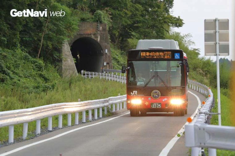 ↑線路跡を舗装して専用道路とした気仙沼線BRT。一般車は入れないように工夫されている