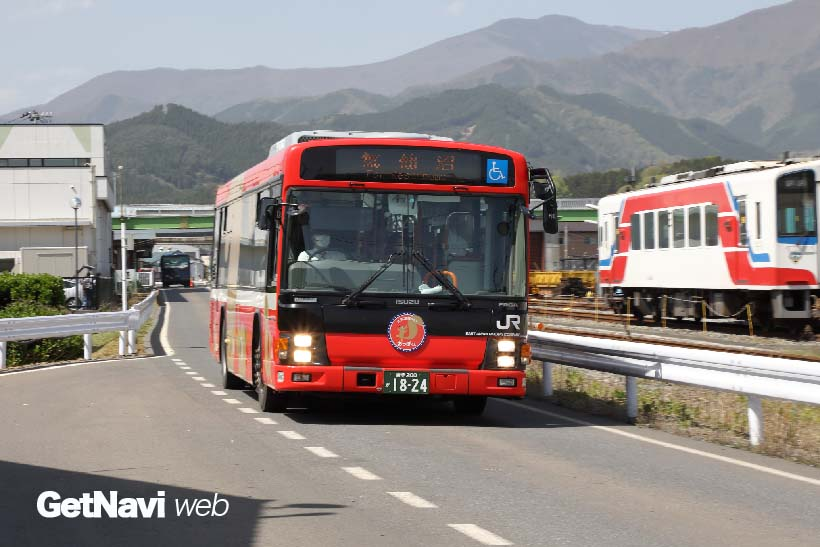 ↑大船渡線盛駅近くの専用道路の様子。道路上には踏切もありバスは60km/h以上のスピードで走る