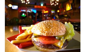 「ヴィンテージなハンバーガー」ってどんな味? まるで博物館のような店ーー本厚木「GUGGENHEIM MAFIA」