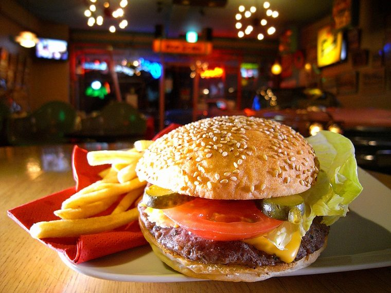 ↑一度食べたら忘れられない「チーズバーガー」(1112円)。プンプンと漂うシーズニングのにが強烈に食欲をそそる