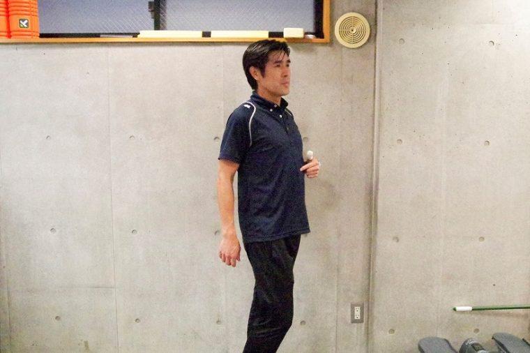 ↑かつては競歩の日本代表選手だった園原さん。指をさしている部分がみぞおちだ