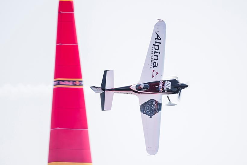 ↑シチズン グループの一員となったアルピナ ウォッチは、千葉大会からマイケル・グーリアン選手の公式パートナーに。Round of 8敗退も、大会5位の成績を収めた Michael Goulian of the United States performs during the qualifying day at the third stage of the Red Bull Air Race World Championship in Chiba, Japan on June 3, 2017. // Samo Vidic/Red Bull Content Pool