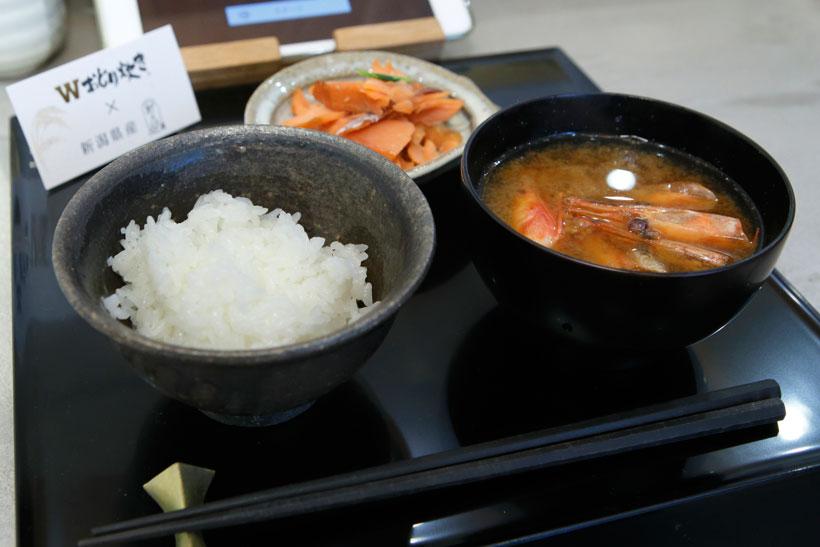 ↑新潟県の「新之助御膳」。監修は「日本料理 行形亭」主人、行形和滋氏。ご飯のお供は「極上熟成塩引き鮭」、汁物は「越後味噌を使った南蛮えび頭の味噌汁」