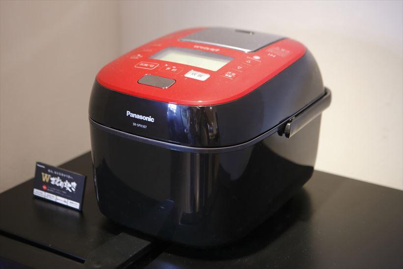 ↑6月1日に発売されたパナソニックの最新炊飯器「Wおどり炊き SR-SPX107」(実売価格11万6640円)。同店のごはんは、すべてこの「Wおどり炊き」で炊き上げます
