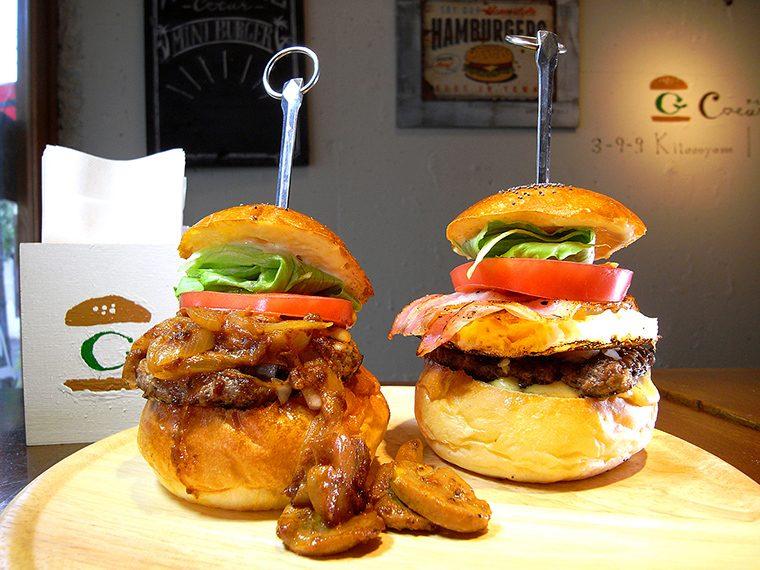 ↑ユニークな「ミニビーフストロガノフバーガー」(左・単品918円)と定番の「ミニベーコンエッグバーガー」(右・単品810円)。フライドポテトとスープが付いたバーガー2個セットが大人気