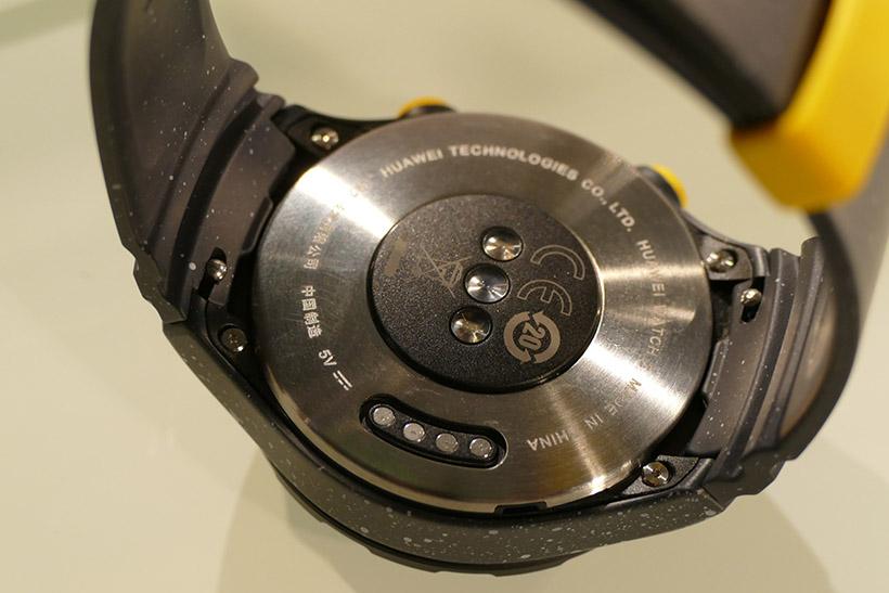 ↑背面には心拍モニターを搭載。バックグラウンドで24時間計測を行い、過去6時間の心拍数をグラフの曲線で可視化できる