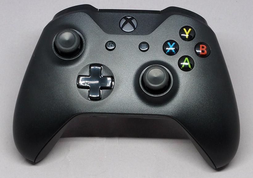 ↑Xbox One コントローラー。正面には電源ボタンのなど7つのボタンと2つのアナログスティック、1つの十字キーがあります