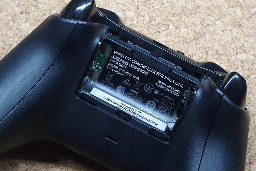 ↑ワイヤレスで使う場合には、単3型乾電池が2本必要になります