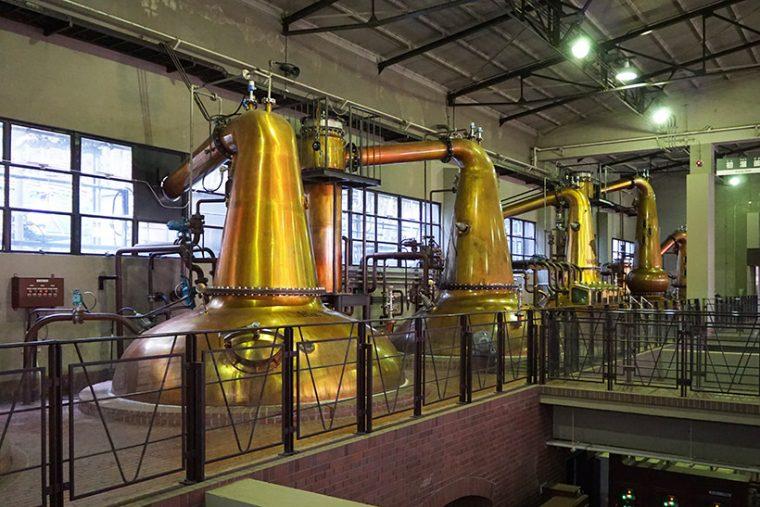 ↑ズラッと並んだ蒸溜釜。反対側にも再蒸溜釜が並んでいます