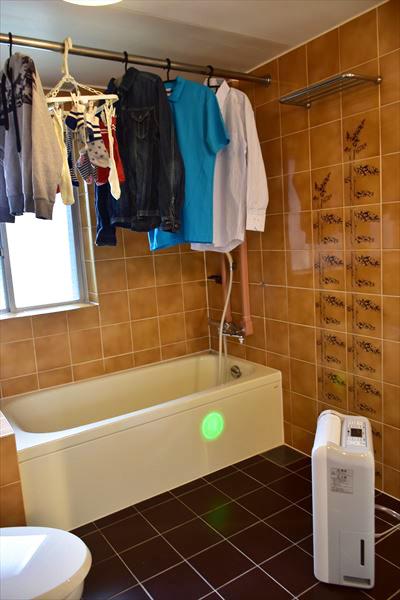 """↑部屋干し3Dムーブアイを使って室内をセンシングしているところ。光ガイドが動き回るため、機能が""""見える化""""されているのが安心感につながる"""