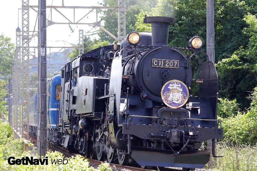 ↑下り試運転列車は鬼怒川橋梁を越え、新高徳駅前の急カーブにさしかかる