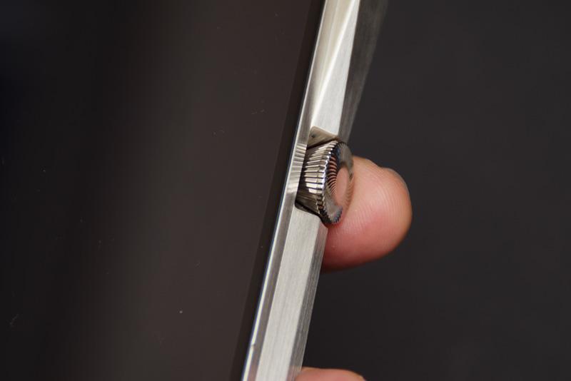 ↑側面には電源ボタンとボリュームを兼ねたマルチファンクションボタンを配置。ダイヤモンドのようなカットを施している