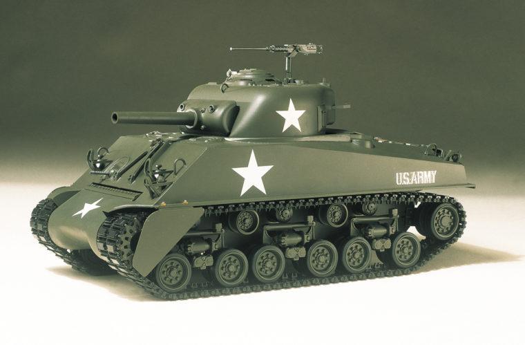 (写真左)タミヤ初のRCモデル「1/16スケール M4シャーマン105mm榴弾砲」。内部機構などを現代に合わせて一新した同型モデルは、現在も販売されている。