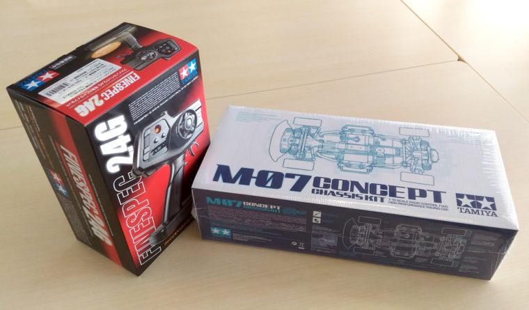 「M-07 CONCEPTシャーシキット」と「ファインスペック2.4G電動RCドライブセット」のパッケージ。