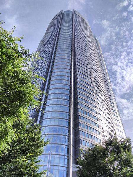 ↑ビルを撮影。広角レンズなので無理なく全景を納めることが可能。薄曇りでも輪郭がくっきりです