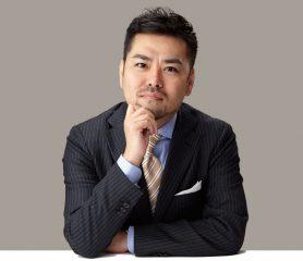 ↑男性美容研究家 藤村 岳さん幅広い媒体で活 躍する男性美容 のパイオニア。 最新の薄毛ケア 事情にも詳しい。