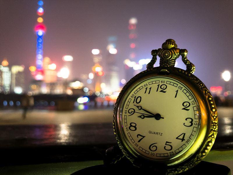 ↑ProCam 4で撮影。上海の夜景をバックに、夜店で買った懐中時計を接写した。接写ならスマホ写真でもボケ表現が可能だ
