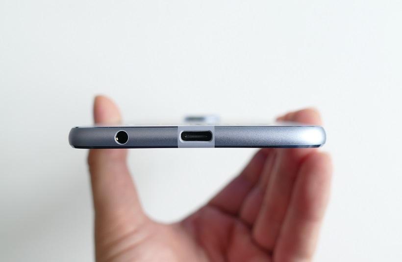 ↑サイズはW76.2×H156.2×D5.99mm。コネクターはUSB Type-C
