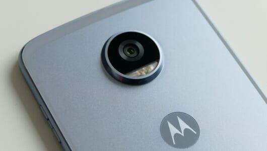 カメラ機能が強力に! パーツを代えて遊べる合体スマホ「Moto Z2 Play」