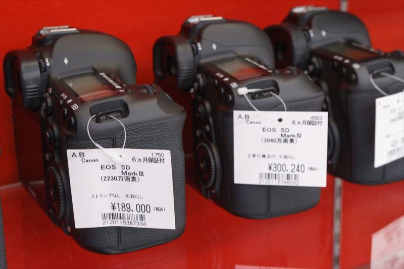 ↑左はキヤノンのEOS 5D Mark III、右はEOS 5D Mark IV。どちらもABランクだが、10万円以上の価格差がある(※価格は取材時のもの/2017.5月上旬)