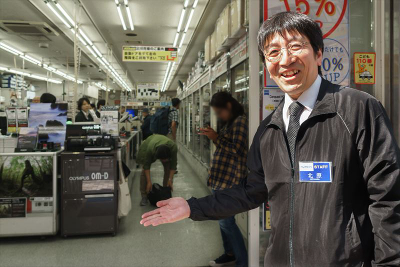 ↑フジヤカメラ本店の販売・販促課長、北原弘明さん。「最新モデルではなく、ひとつ前かふたつ前くらいのモデルを狙うのが賢い買い方かもしれません」