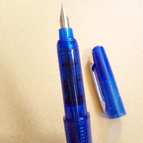 ↑ダイソー「Dステーショナリー」シリーズの万年筆。スケルトンの軸はプラスチックですが、ペン先はきちんと金属です