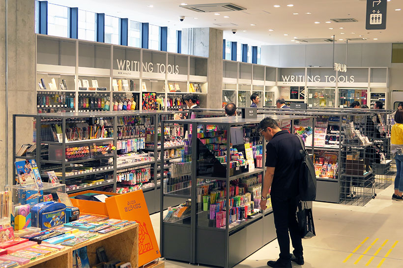 ↑店内は「OFFICE SUPPLIES」や「WRITING TOOLS」といったように、遠くからでもどのコーナーがどこにあるかわかるようになっている