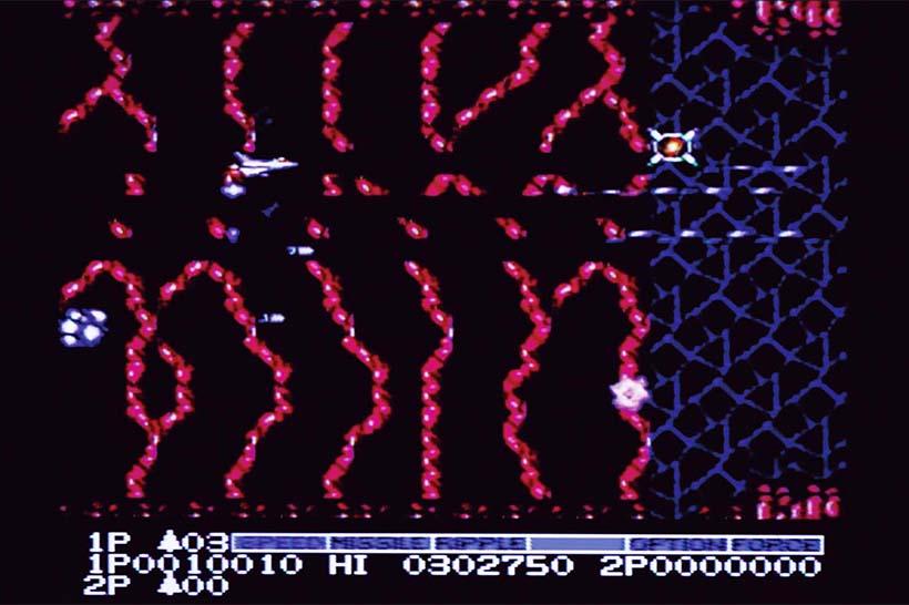 ↑「グラディウス」と同じパワーアップカプセル制。1面は生物の細胞を思わせる有機的なグラフィックがインパクト大。BGMも評価が高い