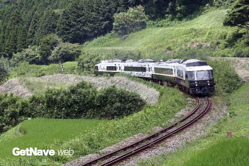 ↑立野駅から赤水駅へ向かう途中の一コマ。棚田の中をゆっくり登る様子が絵になった