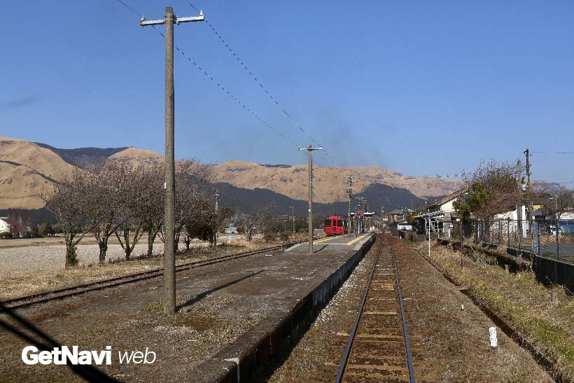 ↑(震災前)赤水駅を通過する「あそぼーい!」の車内からは、外輪山が美しく望めた