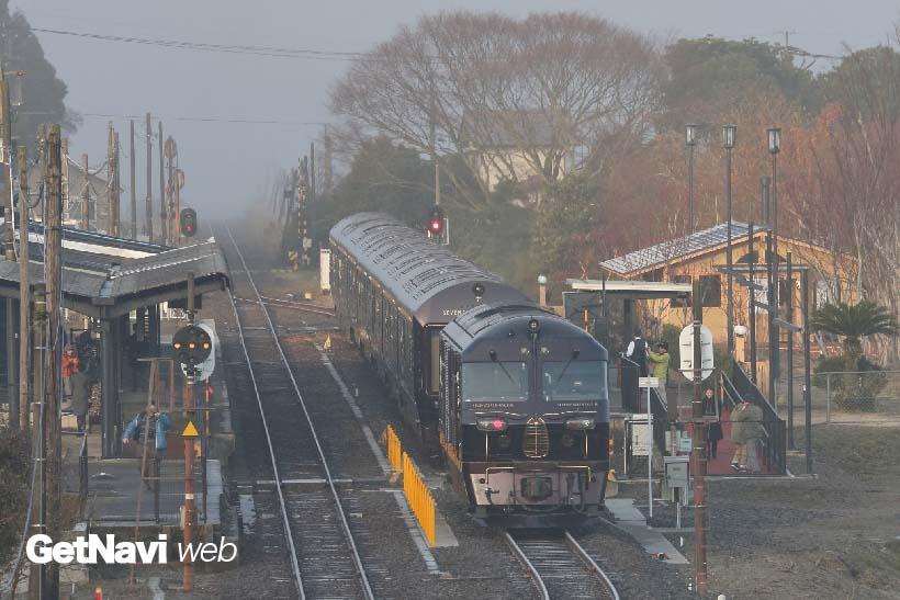 ↑震災前まで「ななつ星in九州」の3泊4日コースでは、早朝の阿蘇駅でモーニングを楽しめた。なお、2018年3月から大分駅〜阿蘇駅間の運行は復活する予定