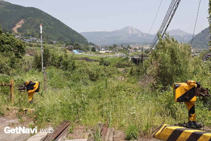 ↑(震災後)スイッチバックのポイントからやや下った立野踏切の現状。遮断棒は外され、線路上に草が生い茂る